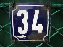 Plat rouillé en métal carré grunge de vintage du nombre d'adresse avec le plan rapproché de nombre images stock