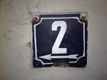 Plat rouillé en métal carré grunge de vintage du nombre d'adresse avec le plan rapproché de nombre photo stock