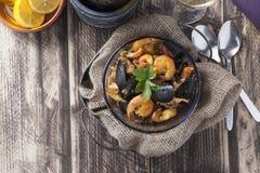 Plat rustique d'été de riz de fruits de mer portugese de Paella d'Arroz de marisco Photographie stock