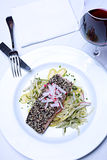 Plat saumoné sur la nappe blanche avec le verre de vin rouge Photo libre de droits