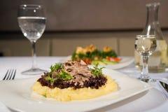 Plat savoureux avec des champignons dans un restaurant Photos stock