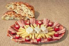 Plat savoureux Meze d'apéritif et pain déchiré par Flatbread fait lever de Pitta réglé sur le fond rayé de papier de Brown emball Images stock