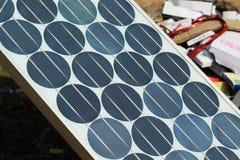Plat solaire arrondi se reposant à une lumière du soleil photographie stock libre de droits