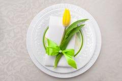 Plat sur la table avec des tulipes de fleurs, décoration de fleuriste pour la célébration Images libres de droits