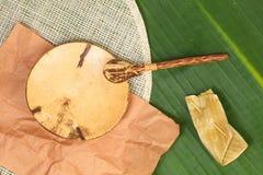 Plat, tapis de plat et cuillère naturels Photographie stock libre de droits