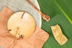 Plat, tapis de plat et cuillère naturels Image stock