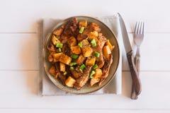 Plat tatar asiatique traditionnel Pommes de terre cuites avec le mouton et les légumes sur un fond blanc Photos libres de droits