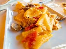 Plat très savoureux de pâtes avec des fruits de mer photos libres de droits