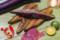 Plat traditionnel authentique philippin : le v?g?tarien philippin a fait frire l'aubergine comme garniture photographie stock libre de droits