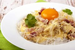 Plat traditionnel de carbonara italien de cuisine images libres de droits