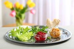 Plat traditionnel de Pesach Seder de pâque avec le repas symbolique sur la table, l'espace pour le texte photos libres de droits
