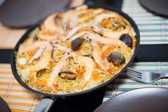 Plat traditionnel de riz espagnol avec des fruits de mer - Paella Image stock