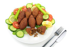Plat turc, boulettes de viande bourrées avec le bulgur Photos libres de droits