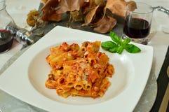 Plat typique de dimanche d'Italien : pâtes cuites au four Photo libre de droits