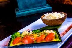 Plat végétal mélangé avec du riz Cari indien photos stock