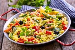 Plat végétarien coloré de riz de Paella servi dans la casserole Image stock