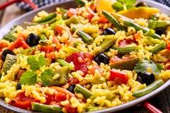 Plat végétarien coloré de riz de Paella servi dans la casserole Images stock