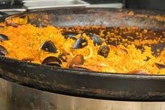 Plat Valencian de riz, Paella de fruits de mer - le calmar coupé en tranches, crevette, dérangent Images stock