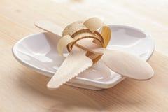 Plat vide avec la bande, le couteau et la fourchette de mesure Nourriture de régime sur la table en bois photos stock