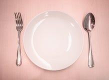 Plat vide avec la cuillère et la fourchette image libre de droits