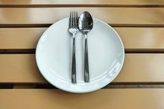 Plat vide avec la cuillère et la fourchette Images libres de droits