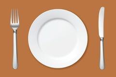Plat vide avec la fourchette et couteau sur la table Image stock