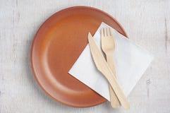 Plat vide avec la fourchette et le couteau en bois Photos libres de droits
