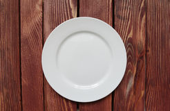 Plat vide blanc sur la table en bois Photo libre de droits