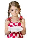 Plat vide de plat de prise de fille d'enfant d'isolement sur le blanc photographie stock libre de droits