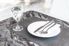 plat vide sur la table dinning Photos stock