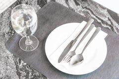 plat vide sur la table dinning Photo libre de droits