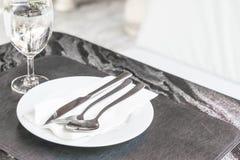 plat vide sur la table dinning Images libres de droits