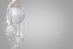 Plata de las bolas de la Navidad en fondo gris imagen de archivo
