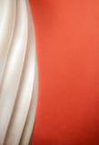 Plata escultural con el fondo anaranjado Fotografía de archivo