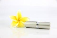 Plata las flores del amarillo y de la cubierta del lápiz labial. Fotografía de archivo