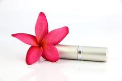 Plata las flores del rojo y de la cubierta del lápiz labial. Imágenes de archivo libres de regalías