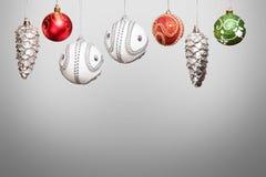 Plata, rojo, chucherías verdes del Año Nuevo de la Navidad para el árbol de navidad encendido Foto de archivo libre de regalías