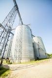 Plata, silos agrícolas brillantes Fotos de archivo libres de regalías