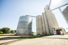 Plata, silos agrícolas brillantes Fotografía de archivo