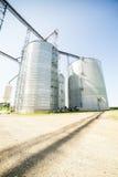 Plata, silos agrícolas brillantes Imagen de archivo libre de regalías