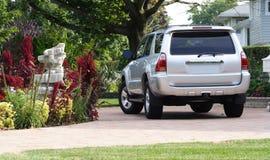 Plata SUV en calzada Imagen de archivo libre de regalías