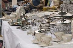 Plata vista en mercado de pulgas Imagen de archivo