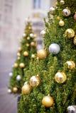 Plata y bolas de adornamiento de oro en el árbol de navidad Foto de archivo libre de regalías