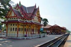 Plataforma antigua del ferrocarril con el edificio tailandés del arte tradicional y ubicación popular del viaje en Tailandia Imagen de archivo