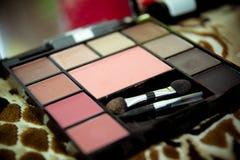 Plataforma con las sombras del maquillaje nupcial de los colores brillantes, cómo hacer maquillaje Imagen de archivo