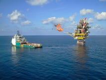 Plataforma costera de la construcción para el petróleo y gas de la producción, la industria del petróleo y gas y el trabajo duro, Foto de archivo