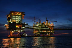 Plataforma costera de la construcción para el petróleo y gas de la producción, la industria del petróleo y gas y el trabajo duro, Fotos de archivo libres de regalías