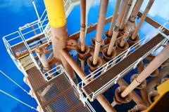 Plataforma costera de la construcción para el petróleo y gas de la producción Industria del petróleo y gas y trabajo duro Platafo imagen de archivo libre de regalías