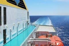 Plataforma da balsa com barcos salva-vidas fotografia de stock