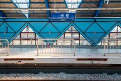 Plataforma da estação de metro de Eungbong em Seoul, Coreia fotos de stock
